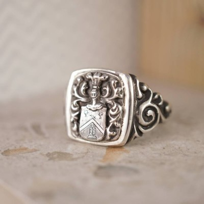 Personalised Coat Of Arms Signet Ring - AMAZINGNECKLACE.COM